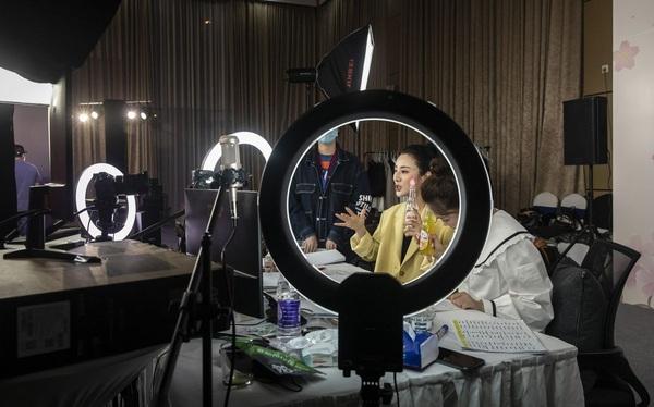 Trở thành triệu phú năm 34 tuổi nhờ bán hàng online, cô gái được mệnh danh là 'nữ hoàng livestream' của thế giới