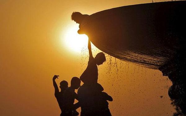 """Ấn Độ """"gồng mình"""" cùng lúc gánh 3 tai họa nan giải giữa mùa hè khắc nghiệt"""