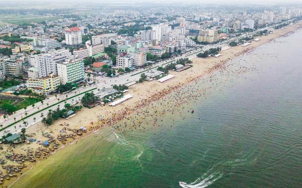 """Hàng vạn du khách đang tấp nập ghé thăm: Sức hút đặc biệt từ """"thành phố du lịch quốc dân"""" Sầm Sơn"""