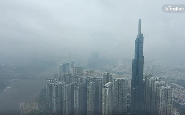 """Clip toàn cảnh TP.HCM từ trên cao: Những tòa nhà chọc trời """"chìm"""" vào làn sương trắng đục, chỉ số chất lượng không khí thấp"""