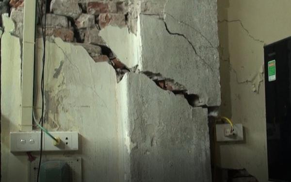 Hà Nội: Dân phố cổ đứng ngồi không yên trong ngôi nhà nứt toác, xiêu vẹo, có thể đổ sập bất cứ lúc nào