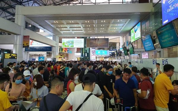 """Sân bay Nội Bài """"chật ních"""" trong ngày đầu của kỳ nghỉ hè muộn"""