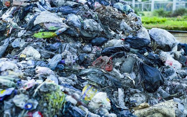 """Những """"núi rác"""" ngày một cao giữa Hà Nội khiến ai đi qua cũng phải bịt mũi, nín thở"""