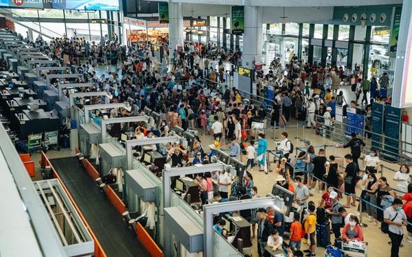 """Chùm ảnh: """"Biển người"""" xếp hàng, chờ làm thủ tục tại sân bay Nội Bài"""