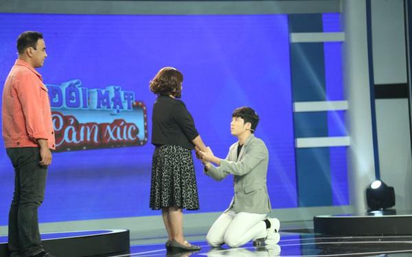 """30 tuổi vẫn bị bắt ngủ chung, nam MC quỳ gối van xin mẹ, đạo diễn Lê Hoàng lớn giọng: """"Một bi kịch kinh khủng!"""""""