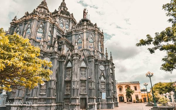 """Cận cảnh nhà thờ đang hot nhất ở Nam Định được ví y như trên phim Harry Potter và tới khi đến xem trực tiếp thì """"nó đẹp thật trời ạ!"""""""