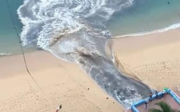 """Video dòng nước thải đen ngòm xối thẳng ra biển khiến MXH """"dậy sóng"""", dân mạng phẫn nộ đòi tìm cho ra thủ phạm"""
