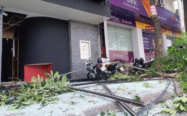 Hà Nội: Sau tiếng nổ lớn, mảnh kính tòa nhà văng xuống đường trúng ô tô khiến 2 người nhập viện cấp cứu