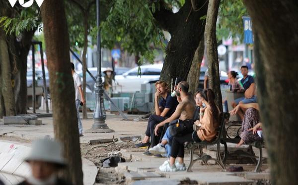 Ảnh: Bất chấp Covid-19, nhiều người Hà Nội không đeo khẩu trang quanh Hồ Gươm