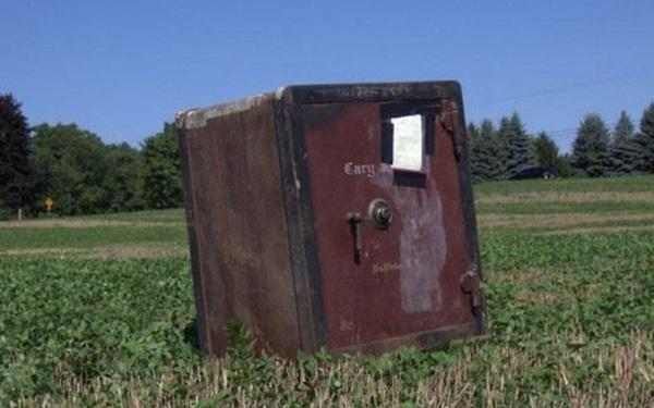 Két sắt bí ẩn bị khóa chặt nằm chình ình giữa nông trại ở Mỹ