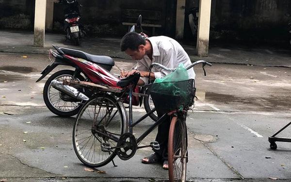 Người cha già đạp xe đến trường xem điểm thi cho con, xúc động hơn cả là cảnh dùng chiếc điện thoại cũ chụp lại điểm
