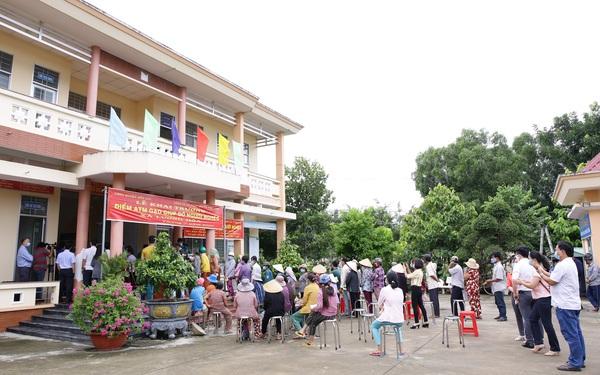 Một doanh nghiệp lắp đặt 13 cây ATM gạo và tặng 70 tấn gạo hỗ trợ bà con nghèo ở tỉnh Long An trong mùa Covid-19