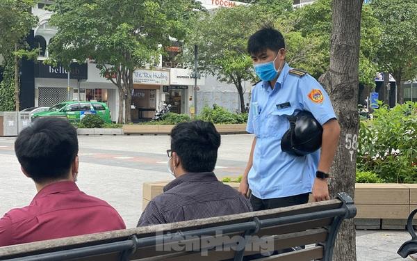 Nhiều người Sài Gòn bị nhắc nhở vì không đeo khẩu trang