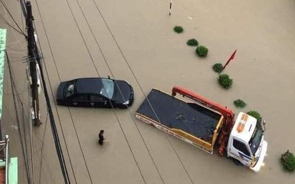 Mưa lớn trong nhiều giờ, TP. Điện Biên Phủ ngập trong biển nước
