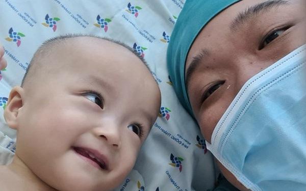 Chị em Trúc Nhi - Diệu Nhi tươi cười nắm lấy tay bác sĩ, dự kiến sẽ tập đi trong 6 tuần tới
