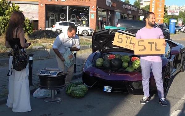 """Dùng siêu xe Lamborghini 16 tỷ đồng để đi bán rong dưa hấu, người đàn ông trở thành """"hiện tượng MXH"""""""