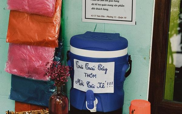 """Một tiệm trà ở Sài Gòn treo biển """"chia sẻ nắng mưa"""" cùng shipper: Miễn phí trà trái cây, cho sử dụng toilet miễn phí, tặng áo mưa khi thời tiết xấu"""