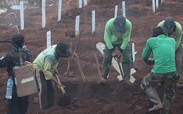 Người chống lệnh đeo khẩu trang bị phạt đi đào mộ cho người qua đời vì COVID-19