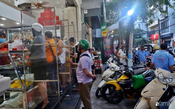 Đều như vắt tranh, năm nào người Hà Nội cũng nô nức xếp hàng mua bánh trung thu truyền thống