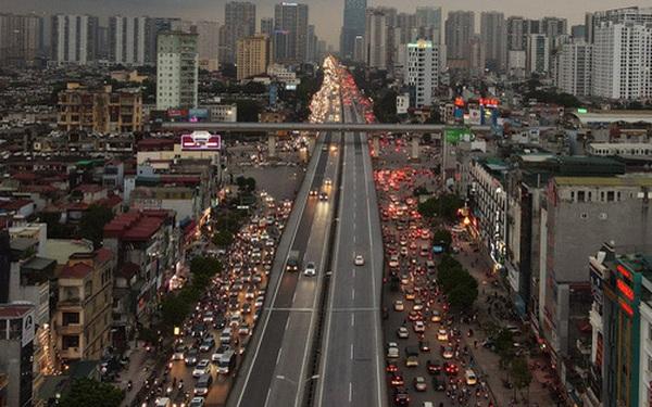 Nhiều tuyến đường Hà Nội ùn tắc do cơn giông đang kéo đến