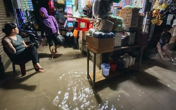 """TP.HCM: Chợ Thủ Đức ngập nặng từ trong ra ngoài do mưa lớn, nhiều tiểu thương """"khóc ròng"""""""
