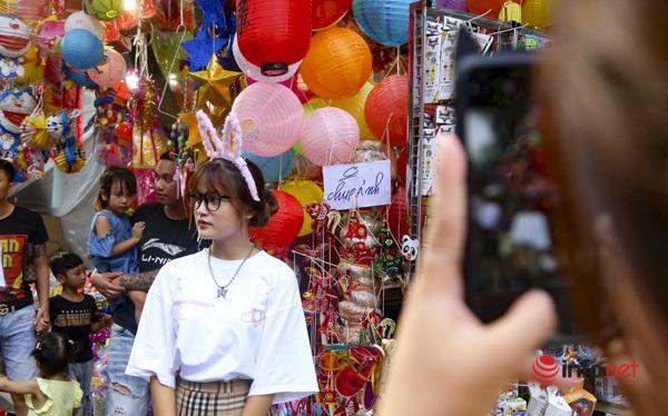 Công an đi khuất, tiểu thương treo lại biển 'cấm chụp ảnh' trên phố Hàng Mã
