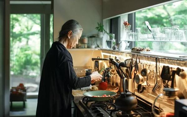 Nữ nhiếp ảnh gia 65 tuổi xây nhà trên núi, một mình an dưỡng tuổi già cùng mèo cưng