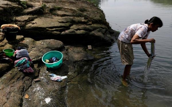 Sông ở Indonesia 'chết dần' vì rác thải y tế Covid-19