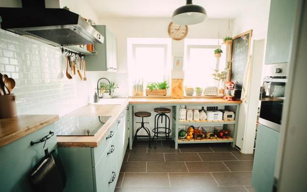 Trầm trồ căn bếp của mẹ bỉm sữa 9X Việt ở Đức: Tự cưa gỗ, đóng đinh, sơn, vẽ toàn bộ, chi phí chỉ 10 triệu đồng