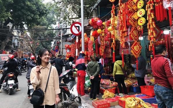 Đến hẹn lại lên, người dân chen chân ở phố Hàng Mã sắm Tết