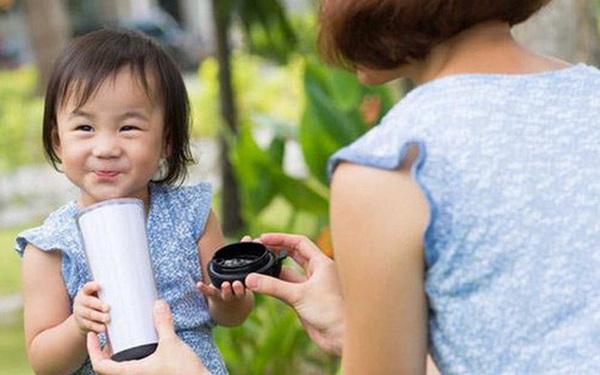 Đâu là hành động dạy con thông minh nhất mà bạn từng được thấy? Câu chuyện về ly sữa đậu nành nhận được hơn 200 ngàn lượt xem sẽ cho bạn câu trả lời thỏa đáng