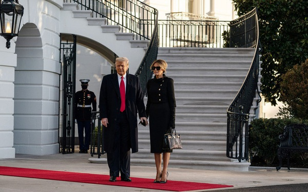 Mới chủ động nắm tay chồng cùng nhau rời Nhà Trắng, phu nhân Melania Trump lại có hành động khó hiểu tại sân bay gây bàn tán xôn xao