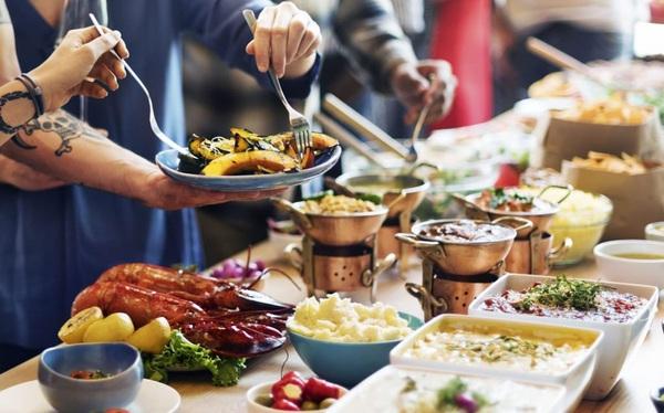 Dân kinh doanh tiệc buffet cuối năm làm gì với bài toán khó: Khách lấy nhiều đồ nhưng ăn không hết cũng không thể phạt tiền?