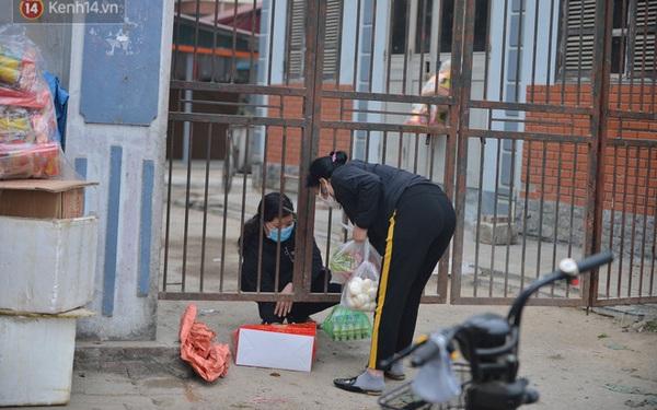 Ảnh: Người dân Đông Anh trèo cổng, mang gà, rau tiếp tế cho người thân trong khu cách ly