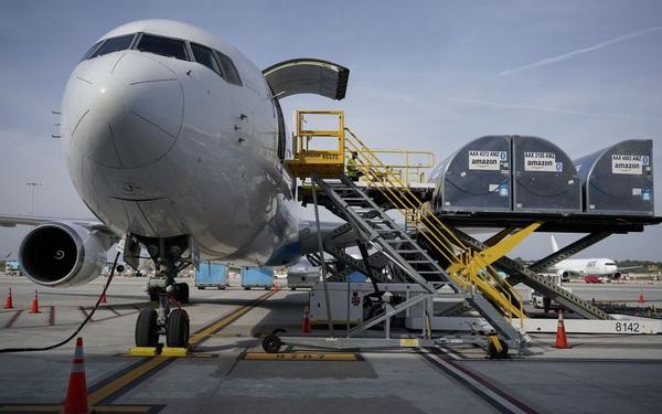 Động thái của Amazon khiến FedEx, Ups lo sợ: Mua máy bay cỡ lớn để tự vận chuyển hàng hóa xuyên biên giới