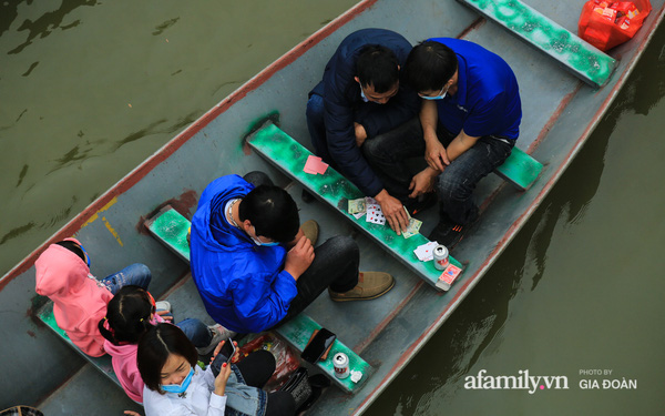 """Du khách vô tư mở chiếu bạc trên đò, """"sát phạt"""" công khai khi đi lễ chùa Hương"""