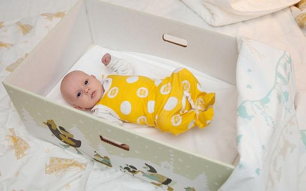 Vì sao người Phần Lan thường cho trẻ sơ sinh ngủ trong hộp các tông thay vì nôi ?