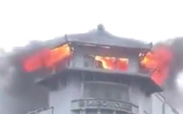 [Clip] Khách sạn Đồng Khánh ở Sài Gòn bốc cháy trong cơn mưa lớn