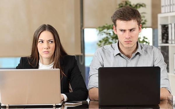 Làm sao để sống sót khi bị đồng nghiệp chơi xấu ở chốn công sở?