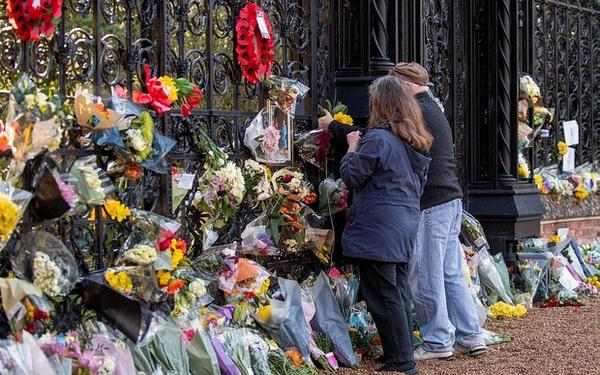 Dân Anh cảm kích trước hành động của Nữ hoàng Anh 4 ngày sau khi chồng qua đời, kêu gọi đừng để bà phải một mình tại lễ tang Hoàng thân