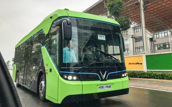 VinBus đầu tiên lăn bánh tại Hà Nội: Êm, không khí thải, bãi đỗ có pin mặt trời, có khu rửa xe riêng 'xịn sò'