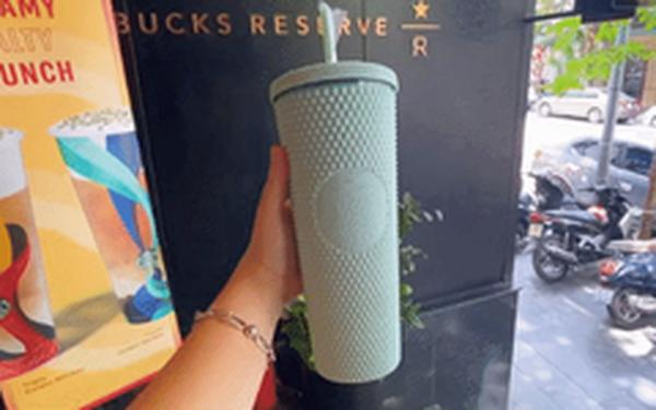 """Trên tay cốc Starbucks """"sầu riêng"""" hot nhất hôm nay: Đẹp cỡ nào mà dân tình xếp hàng từ 4h sáng, bán lại giá gấp 5 lần?"""