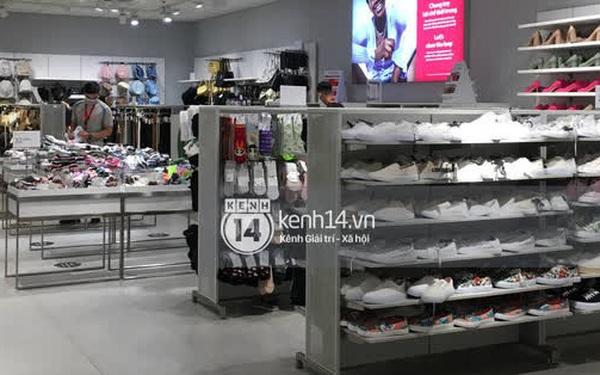 Loạt store H&M Việt Nam lúc này: Ở Hà Nội khá vắng vẻ, bị viết cả lời phản đối lên poster; TP.HCM vẫn đông đúc