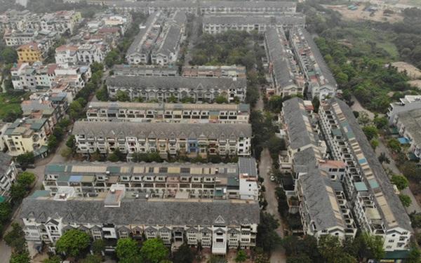 """Cận cảnh """"khu biệt thự ma"""" ở Hà Nội: Xuống cấp trầm trọng sau 10 năm bỏ hoang nhưng vẫn hét giá """"trên trời"""", đứng trước nguy cơ thu hồi vì CĐT nợ thuế nghìn tỷ"""