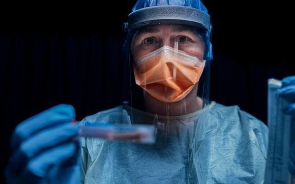 Đất nước với tỉ lệ tiêm chủng hàng đầu thế giới đang có ổ dịch lây lan với tốc độ cực nhanh - chuyện gì đã xảy ra?