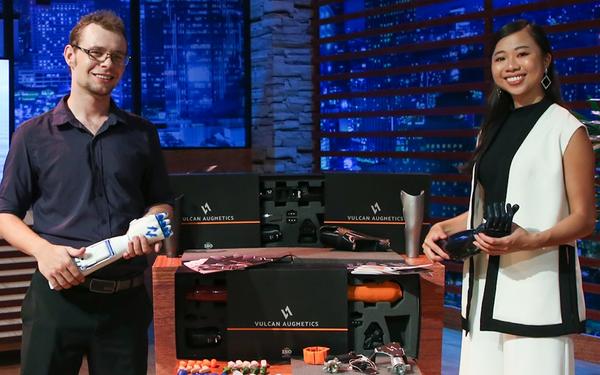 """Sản xuất tay robot """"Make in Việt Nam"""" rẻ gấp 3-10 lần hàng ngoại nhưng mới bán 20 chiếc, startup Vulcan vẫn chốt deal 5 tỷ đồng với Shark Liên nhờ màn tư vấn """"đi vào lòng người"""" của Shark Hưng"""