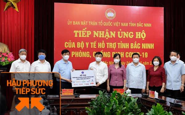 Tập đoàn Masan trao tặng hơn 12.000 thùng mỳ gói, nước yến, cà phê, xúc xích... hỗ trợ các đơn vị tuyến đầu chống dịch Covid-19