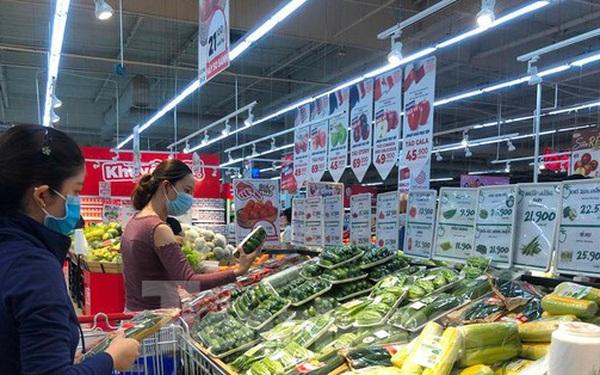 Chợ vắng hoe, khách đổ vào siêu thị mua thực phẩm cuối tuần