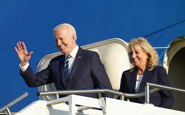 """Khoảnh khắc Đệ Nhất Phu nhân Mỹ """"dạy chồng"""" ngay trên sóng gây bão MXH, phản ứng sau đó của Tổng thống Biden đặc biệt gây chú ý"""