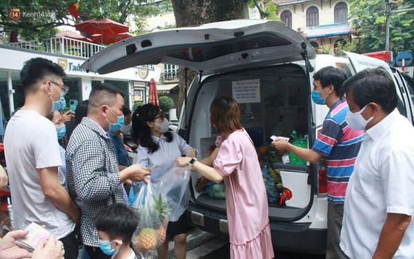 Ông Đoàn Ngọc Hải bất ngờ bán dứa, dưa lê giữa phố Hà Nội và câu chuyện cảm động phía sau